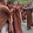 Tre monaci buddisti si picchiano: addio calma zen 2