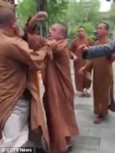 YOUTUBE Tre monaci buddisti si picchiano: addio calma zen