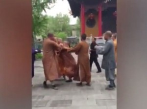Tre monaci buddisti si picchiano: addio calma zen 7