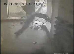 YOUTUBE Uragano travolge negozio scarpe e distrugge tutto