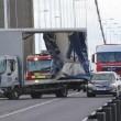 ento forte, furgone si ribalta sul ponte