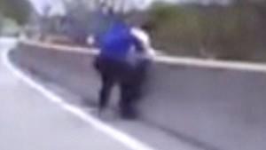 Vuole buttarsi dal ponte, poliziotto corre e lo ferma10