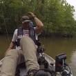 Coccodrillo vicino al kayak, padre e figlia fuggono5