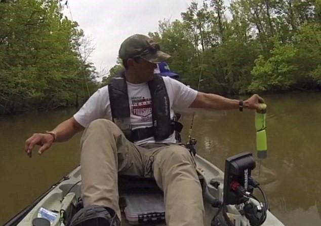 Coccodrillo vicino al kayak, padre e figlia fuggono2