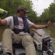 Coccodrillo vicino al kayak, padre e figlia fuggono