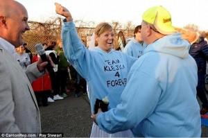 Si sposano alSi sposano alla partenza e corrono mezza maratonala partenza e corrono mezza maratona2