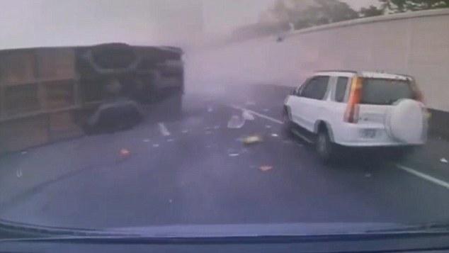 Taiwan, bus perde controllo e finisce contro muro
