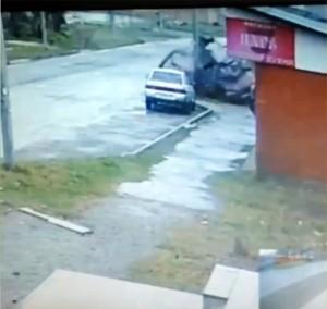 YOUTUBE Auto distrutta contro il palo: illesi i 2 passeggeri