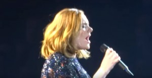 Adele, salta microfono: spettatori cantano con lei