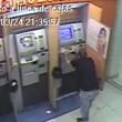 Bancomat inghiotte suo bancomat. E lui spacca tutto