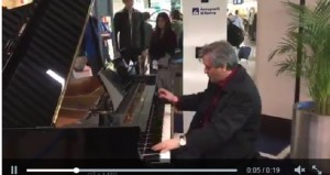 VIDEO Antonio Pappano in attesa suona a aeroporto Fiumicino
