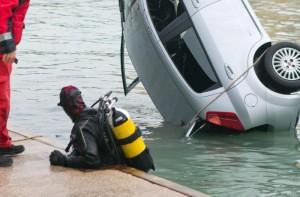 Guarda la versione ingrandita di Iseo, auto nel lago. Donna in fin di vita FOTO