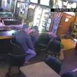 YOUTUBE Rapina nel bar, coppia non se ne accorge perchè...