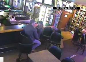 Guarda la versione ingrandita di YOUTUBE Rapina nel bar, coppia non se ne accorge perchè...