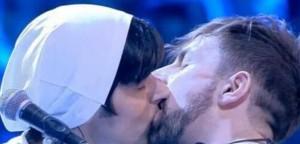 """Amici, bacio gay. La Rua: """"Ecco perché l'abbiamo fatto"""""""