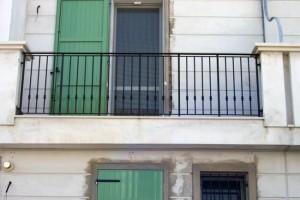 Sul balcone per fumare, cade la ringhiera: precipita e muore