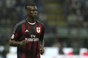 Milan, Balotelli prova ad abbattere il drone col pallone