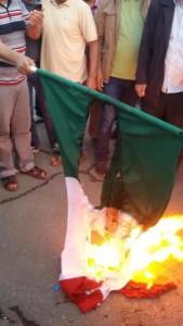 Libia, bandiera italiana bruciata a Bengasi FOTO 3