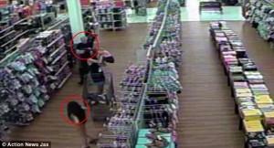 VIDEO FOTO Bambina di 8 anni si allontana col suo assassino