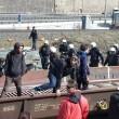 Migranti, centri sociali al Brennero: scontri con polizia