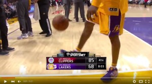 YouTube, Kobe Bryant palleggia con i piedi