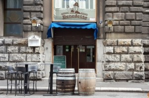 Trieste, la ladra elegante che ruba l'incasso del buffet
