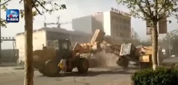 VIDEO YOUTUBE Scontro tra bulldozer per accaparrasi clienti