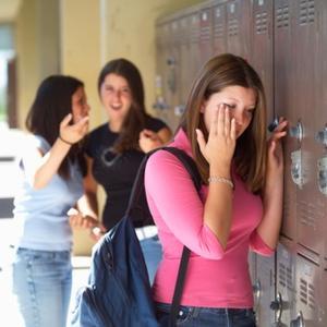 Bullismo a scuola: ragazzina costretta a bere acqua del wc