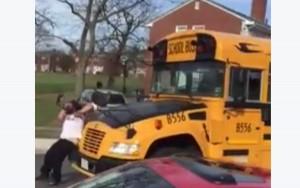 Guarda la versione ingrandita di VIDEO Scuolabus non si ferma: papà infuriato s'aggrappa e…