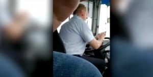Voghera, manda sms e guida il bus con i gomiti VIDEO2