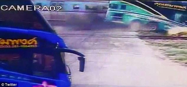 YOUTUBE Pullman travolto da treno sui binari, tre morti3