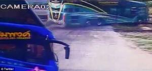 YOUTUBE Pullman travolto da treno sui binari, tre morti2