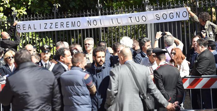 Casaleggio: piazza gremita e misure di sicurezza per funeral