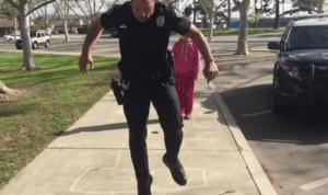 """YOUTUBE Poliziotto gioca con bambina senzatetto a """"campana"""""""