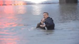 YOUTUBE Giornalista salva uomo in un canale in diretta