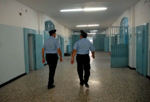 Ferrara, detenuto aggredisce agente in carcere: pugni e...