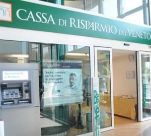 Padova, preleva col bancomat rubato: riconosci ladro? FOTO