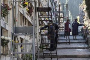 Custode cimitero arrestato per compravendita illegale tombe
