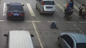 YOUTUBE Bimbo cade da bagagliaio auto: investito ma illeso