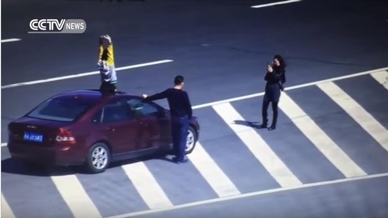 YOUTUBE Parcheggiano in autostrada per un selfie di famiglia03