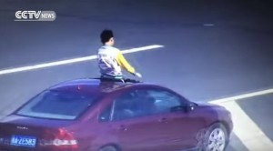 YOUTUBE Parcheggiano in autostrada per un selfie di famiglia