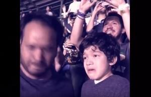 YOUTUBE Bimbo autistico si commuove al concerto dei Coldplay