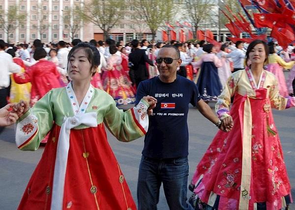 """Nord Corea, uomo occidentale celebra """"Giorno del Sole"""" FOTO"""