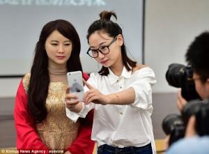 YOUTUBE Dea Robot, cyborg interattivo che sembra donna vera