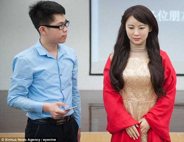 YOUTUBE Dea Robot, cyborg interattivo che sembra donna vera06