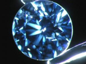 Ravenna, trova a terra diamante da 30mila€: lo restituisce