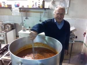 YOUTUBE A 86 anni gira per Roma per portare cibo ai poveri