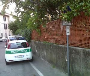 Fotografa auto vigili in divieto sosta: finisce a processo
