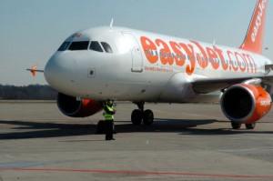 Guarda la versione ingrandita di Volo Easyjet torna indietro per...passeggeri ubriachi (foto d'archivio Lapresse)
