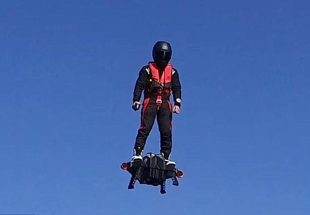 YOUTUBE Flyboard, piattaforma jet di Frank Zapata, vola a...